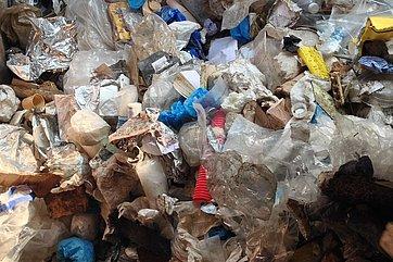 Gewerbeabfälle, die hauptsächlich aus Kunststoff bestehen.